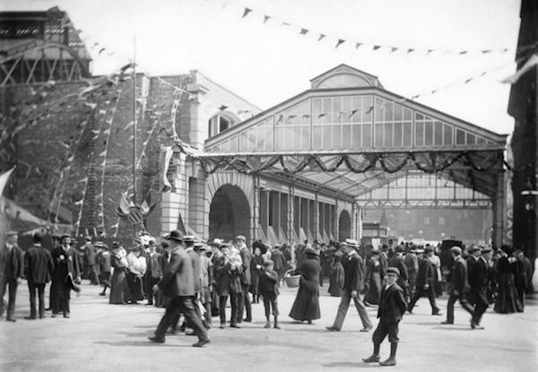Crowds await a royal visit at Manchester Victoria in 1905